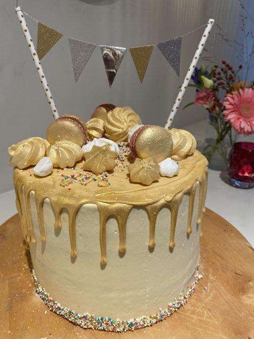 gouden taart met vlaggetjes voor een verjaardag